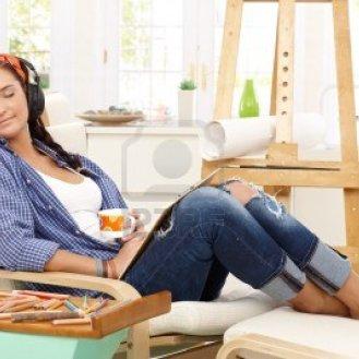 14767476-feliz-sonriente-nina-en-el-ocio-creativo-relajarse-con-una-taza-de-cafe-en-el-sillon-rodeado-de-dibu